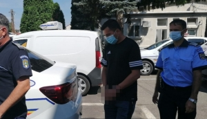 Un bărbat care a agresat sexual două fete, dat pe mâna poliției de un minor