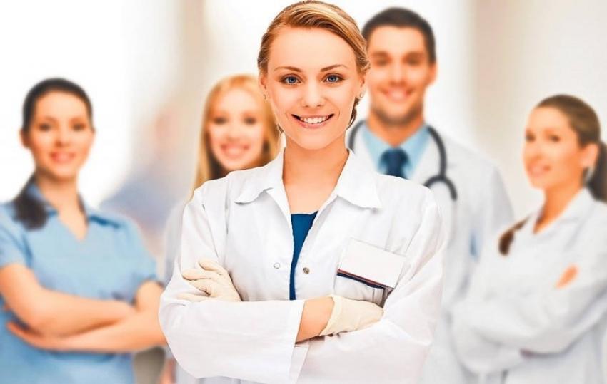 Asistenții medicali și moașele din străinătate vor fi supuși unor evaluări mai scurte