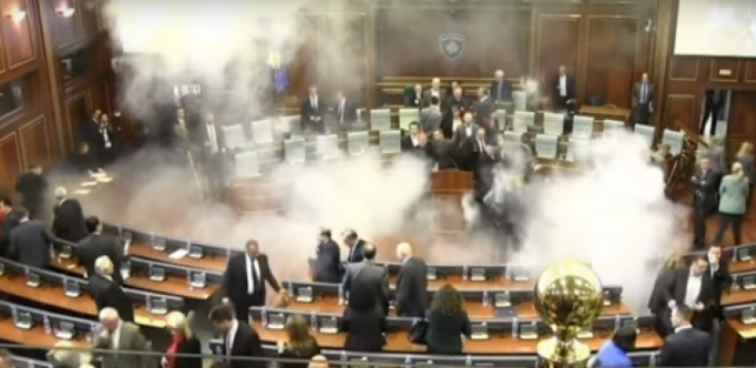 Video! Gaze lacrimogene în Parlament!