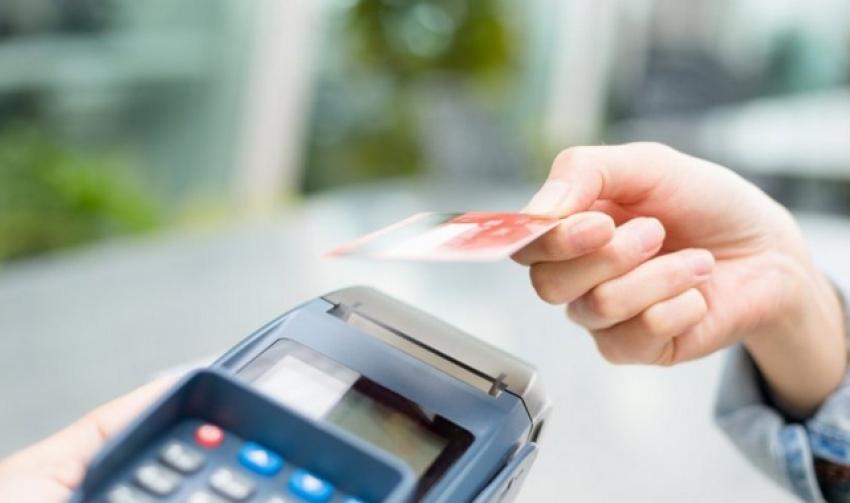 Guvernul a adoptat legea de limitare a comisionului la plata cu cardul