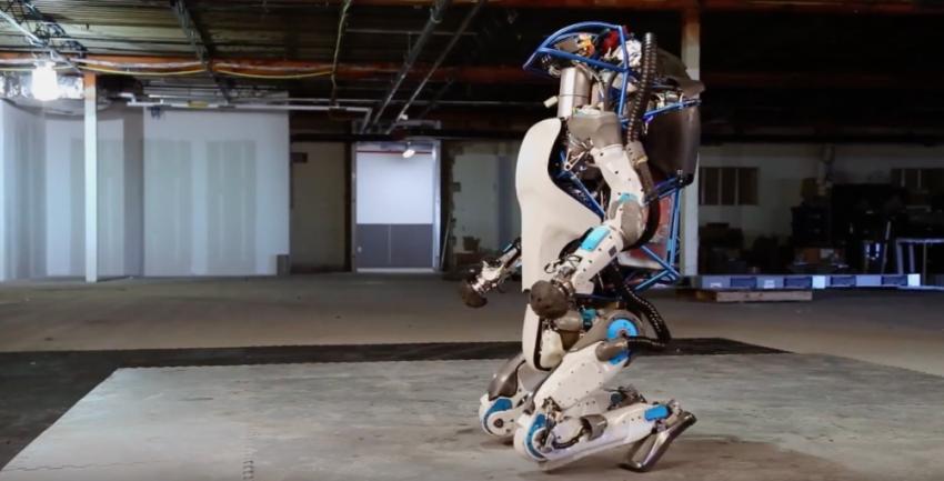 Imaginile care au devenit virale cu robotul de la Boston Dynamics! Vezi ce știe să facă