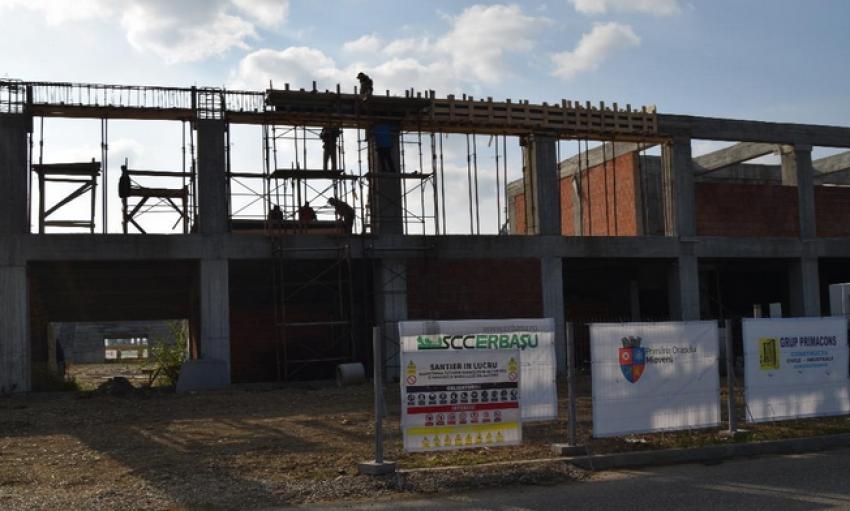 Continuă lucrările la sala sporturilor din Mioveni