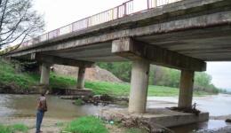 Traficul pe Podul din Racovița, pe DN73D a fost limitat vehiculelor mai grele de 7,5 tone !