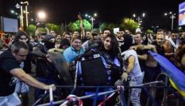 Femeia-jandarm bătută cu bestialitate de protestatari are doar 20 de ani. Ce spun medicii. Imaginile violenței