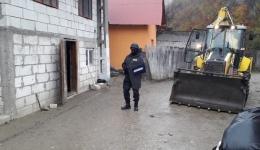 A fost nevoie de intervenția jandarmilor! Scandal maxim la Cetățeni la dărâmarea casei unor romi construită ilegal pe terenul mânăstirii