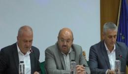 Video! 4 unități fără autorizație de funcționare și 29 de grupuri sanitare în exterior. Manu și Tudosoiu: Din toamnă, Argeșul, singurul județ fără școli cu toalete în curte