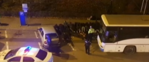 Suporterii Petrolului Ploiești, scandal monstru pe străzile din Pitești. I-au atacat pe polițiști și jandarmi