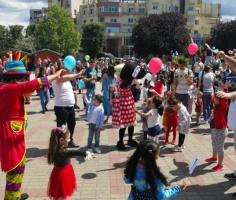 Video! Petrecere în aer liber în centrul Mioveniului de 1 Iunie