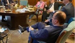 Fotografia care este virală în România! Sfidare totală a Guvernului Orban! Românii, obligați să poarte măști în spații închise, Ei au deschis șampania, whisky, și țigări! Scuza lui Orban!