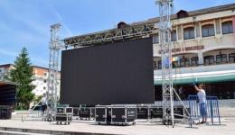Ecran uriaș montat în centrul Mioveniului