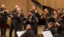 Concert simfonic în aer liber, în centrul civic, de Zilele orașului Mioveni. Partituri din ABBA, Porumbescu și  Strauss