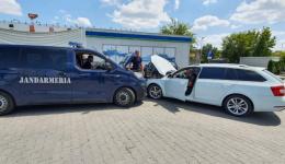 Jandarmii argeșeni la locul potrivit: au ajutat o familie cu mașina blocată în trafic