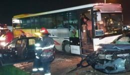 Accident cu victime la intrarea în Mioveni. Două autoturisme și un autobuz implicate