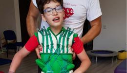 Ștefan este deja pe picioarele lui în viață! Tu îl poți ajuta să și meargă!