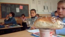 Video! Cine distribuie laptele și cornul în Argeș. Masa zilnică a unui elev costă 1 leu!